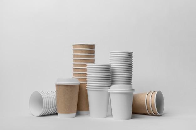 Arrangement mit kaffeetassen