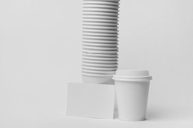 Arrangement mit kaffeeweißen tassen