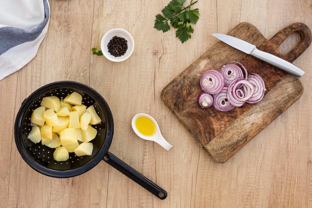 Arrangement mit kartoffeln und zwiebeln