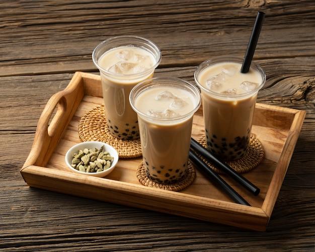 Arrangement mit köstlichem traditionellem thai-tee