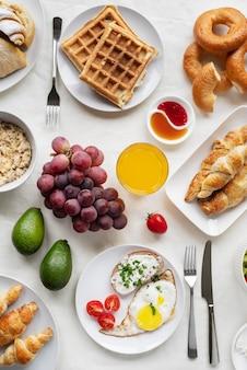 Arrangement mit leckerem essen draufsicht