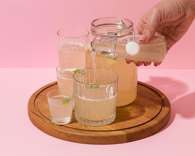 Arrangement mit leckerem fermentiertem getränk