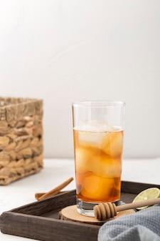 Arrangement mit leckerem getränk und limettenscheibe
