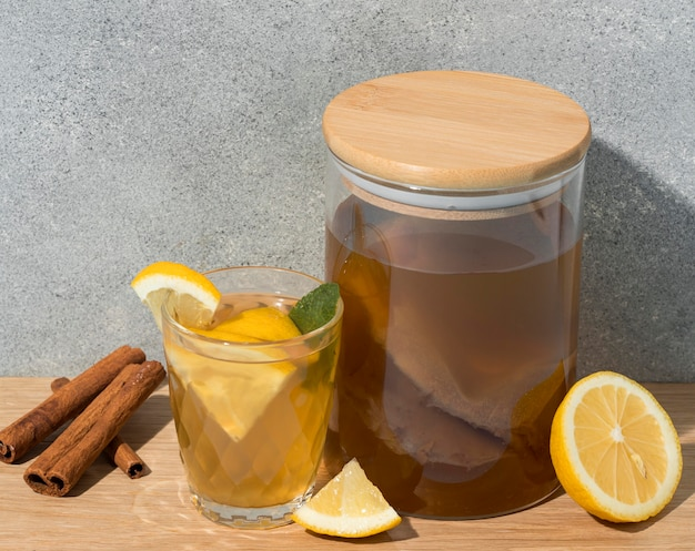 Arrangement mit leckerem kombucha-getränk