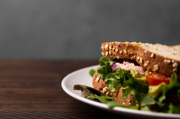 Arrangement mit leckerem sandwich