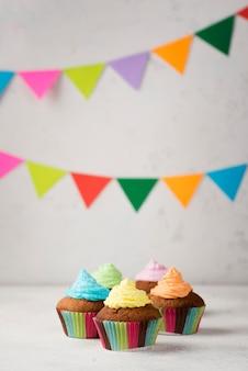 Arrangement mit leckeren muffins für die party