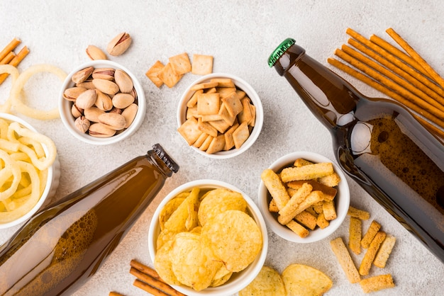 Arrangement mit leckeren snacks und bier