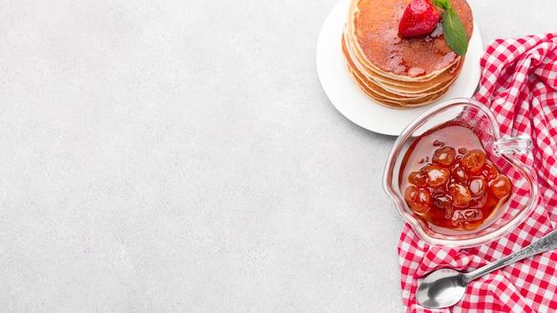 Arrangement mit marmelade und pfannkuchen
