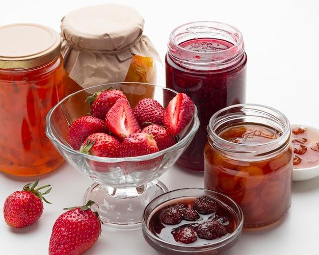 Arrangement mit marmeladengläsern und erdbeeren
