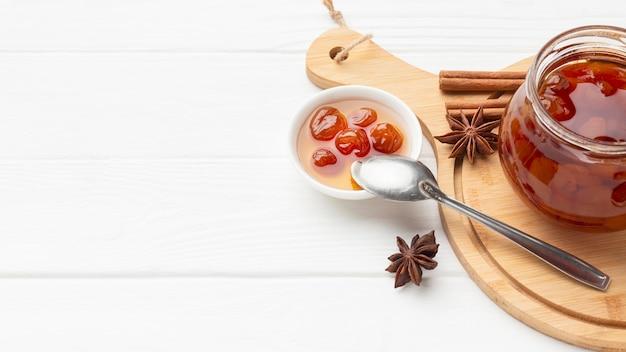 Arrangement mit marmeladenglas und kopierraum