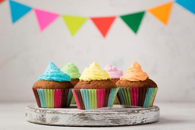 Arrangement mit muffins und dekorationen