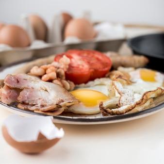 Arrangement mit omelett auf teller