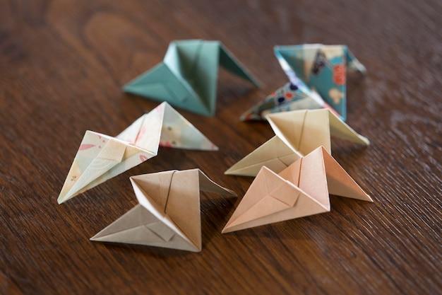 Arrangement mit origami-objekten