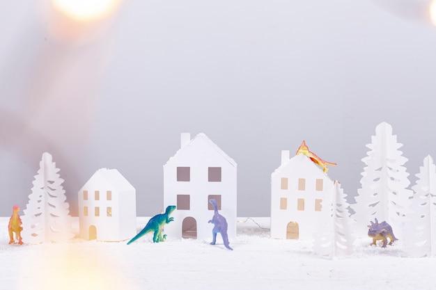 Arrangement mit papiergebäuden und tannen