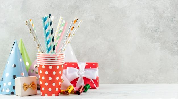 Arrangement mit partyhüten und geschenken