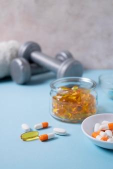 Arrangement mit pillen im behälter