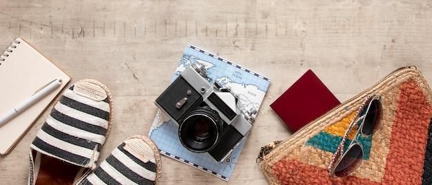 Arrangement mit reiseartikeln und schuhen