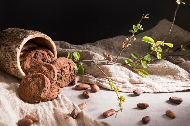 Arrangement mit schokoladenkeksen und kakaobohnen