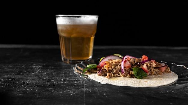 Arrangement mit taco und bierglas