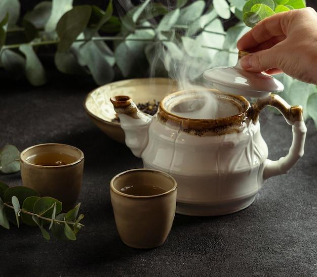 Arrangement mit teetasse und heißem tee