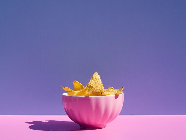 Arrangement mit tortilla in einer rosa schüssel