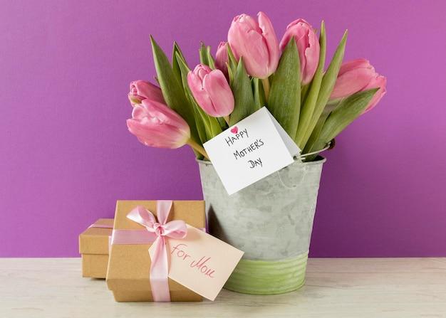 Arrangement mit tulpen und geschenk