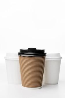 Arrangement mit verschiedenen kaffeetassen