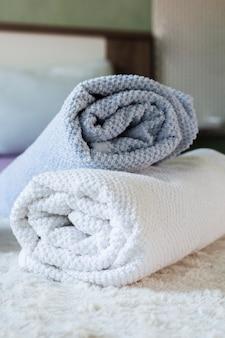 Arrangement mit verschiedenfarbigen handtüchern