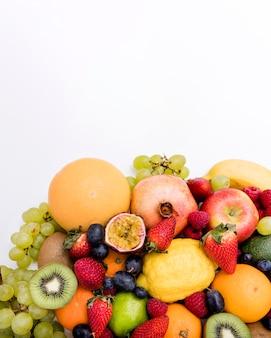 Arrangement von exotischen früchten im sommer