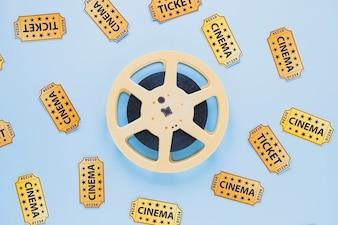 Arrangement von Filmstreifen und Tickets