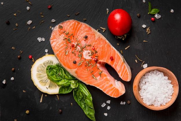 Arrangement von gemüse und lachsfisch