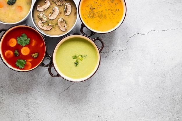 Arrangement von hausgemachter suppe
