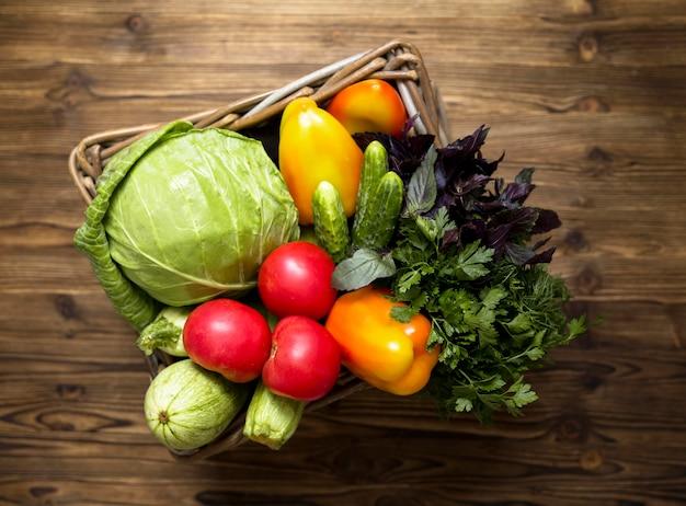 Arrangement von leckerem frischem gemüse