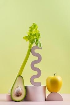Arrangement von leckerem frischem obst und gemüse