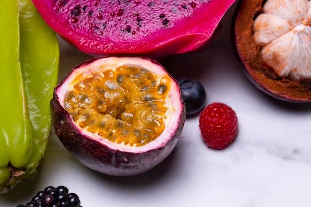 Arrangement von leckeren exotischen früchten