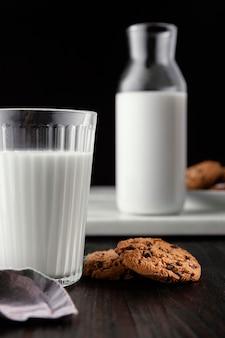 Arrangement von leckeren keksen mit milch