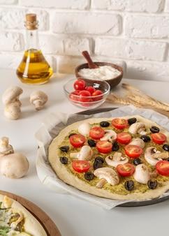 Arrangement von leckerer traditioneller pizza