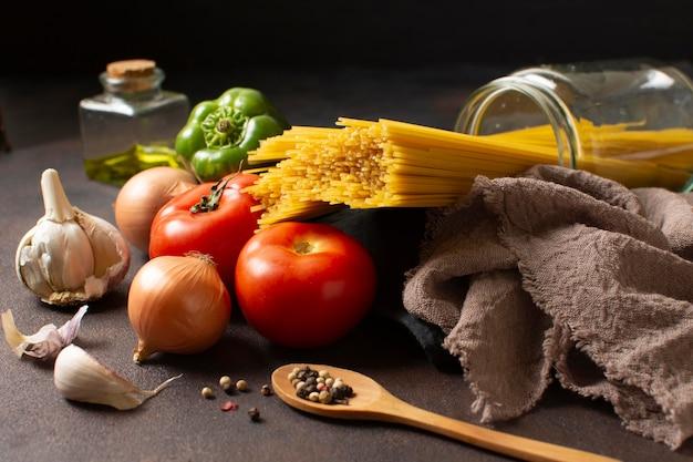 Arrangement von spaghetti und tomaten