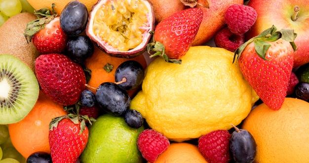 Arrangement von süß-sauren früchten