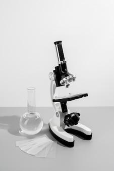 Arrangement zum weltwissenschaftstag mit mikroskop