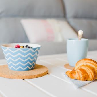 Arrangieren sie ein süßes und vitaminisiertes frühstück
