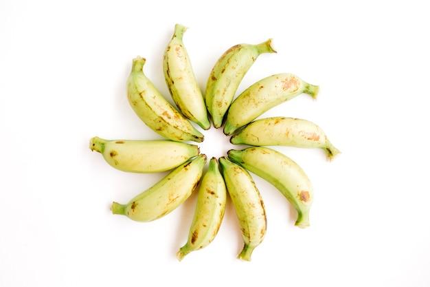 Arrangierte bananen. kreatives lebensmittelkonzept