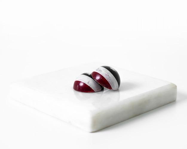 Art choco bonbons rot und schwarz auf der weißen oberfläche gestaltet