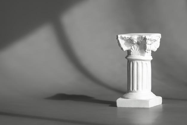 Art-deco-dekor der römischen marmorsäule. graue wand für produkt