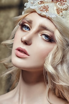Art fashion blondes mädchen mit langen wimpern und klarer haut. hautpflege und wimpern. schöne lippen. prinzessin königin fee