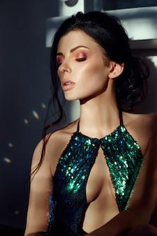 Art fashion-porträt einer frau im glänzenden badeanzug