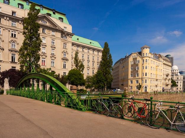 Art nouveau bridge über der eisenbahn, wien, österreich