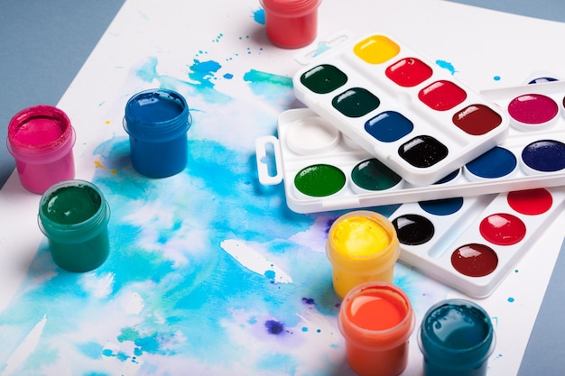 Art palette mit bunten farben schließen herauf draufsicht