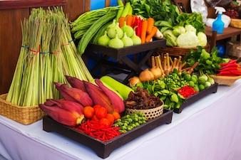 Art von thailändischem Gemüse stellte in thailändische Küchenart ein.
