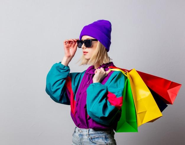 Artfrau in der punkkleidung der 90er jahre mit einkaufstaschen